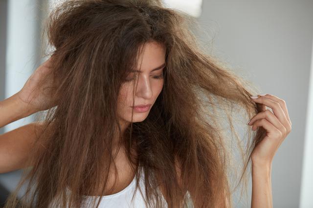 髪が絡まっているボサボサの女性