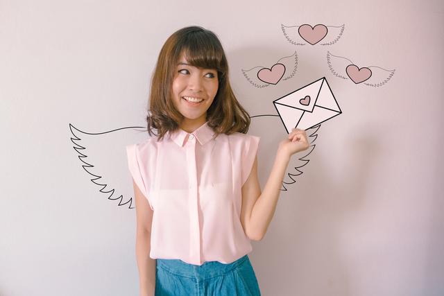 ハートの手紙を持つ女性