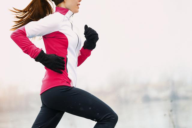 手袋をしてランニングしている女性