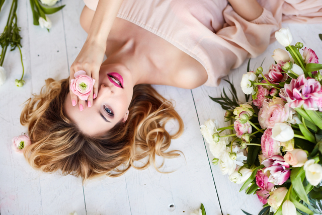 花に囲まれた女性